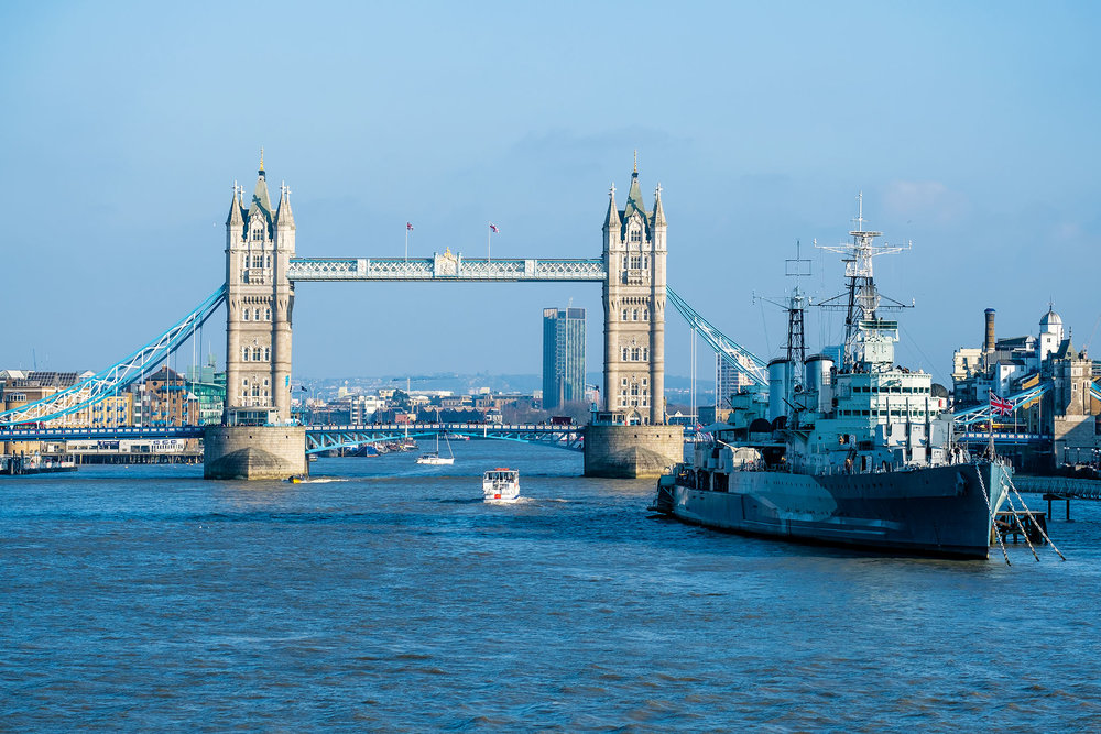 貝爾法斯特號戰艦博物館和倫敦塔橋遠景。Shahid Khan / Shutterstock.com