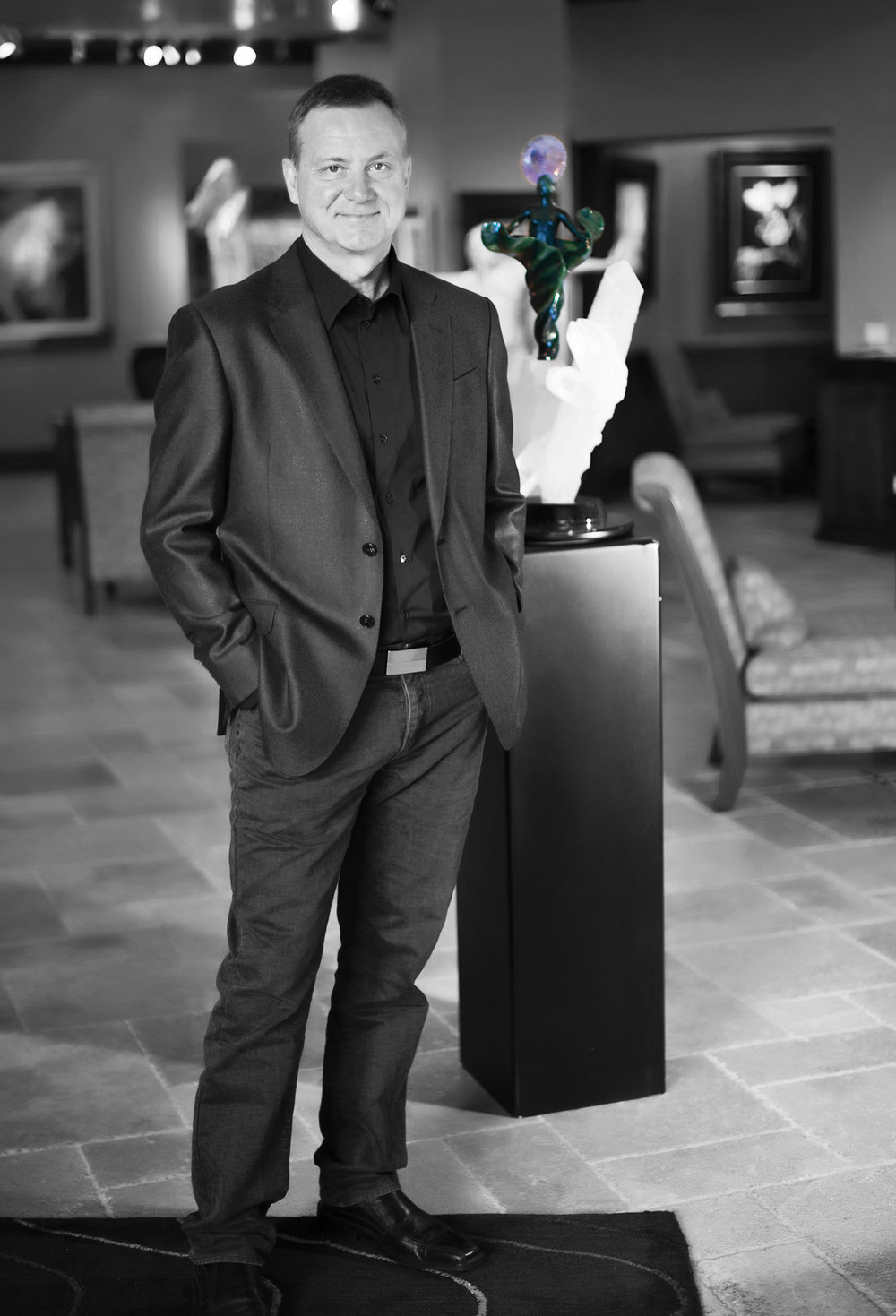 Lyle Sopel是加拿大著名的雕刻家,他專注於運用天然石材的色彩紋理雕琢出栩栩如生的自然主題雕塑,作品被來自世界各地的收藏家們收藏。