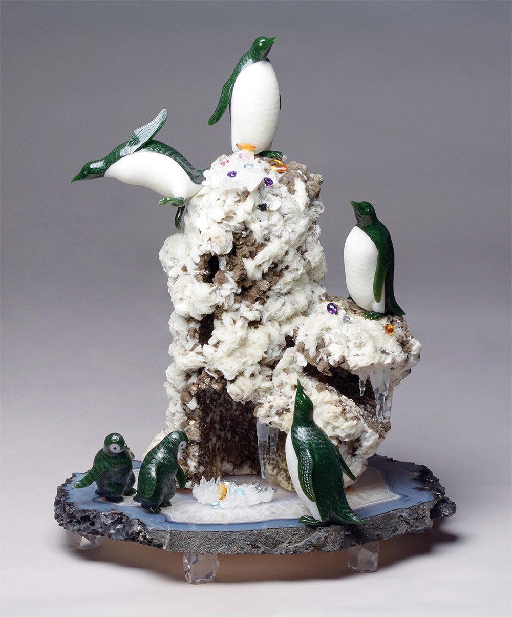 「冰雪殿堂」用玉石、黃水晶、石英和鑽石等塑造出憨態可掬的企鵝,以及一片冰雪晶瑩的世界。