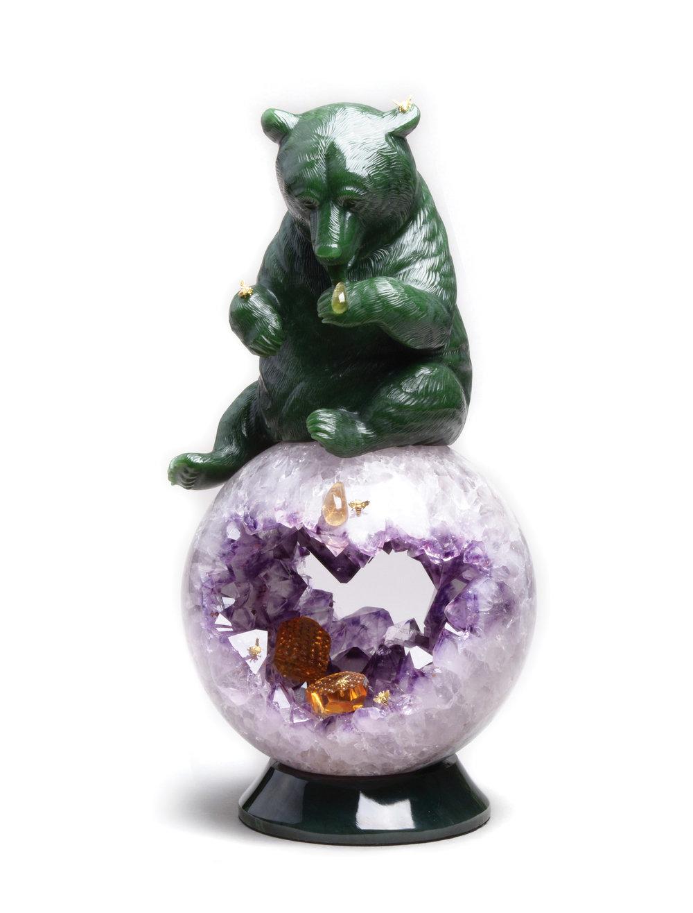 Lyle Sopel用碧玉雕塑出一隻正在舔舐蜂蜜的熊,球型的底座充分體現出了紫水晶、黃水晶的美麗色彩和晶瑩剔透。