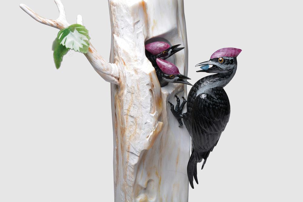 作品「等待」的靈感來自Lyle Sopel在工作室窗外看到的一個溫馨場景。他用黑玉石、紅瑪瑙和獨特的木材化石塑造出了啄木鳥媽媽歸來餵食幼鳥的時刻。