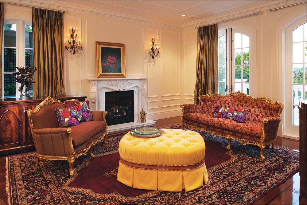 客廳是法式經典風格,有著精緻的繼承自Bianca祖母的沙發和壁爐上細膩的大理石雕刻,還有Bianca最鍾愛的黃色訂製矮墩。