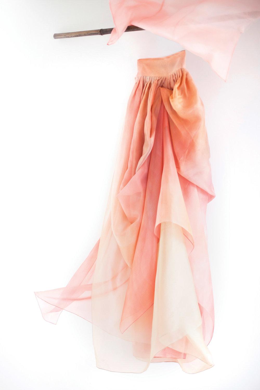 由真絲編織而成的歐根紗,質地輕盈飄逸且挺括,是製作韓服的理想面料。