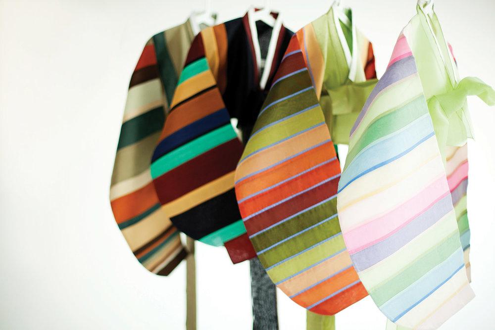 在朝鮮半島缺乏布料的年代,人們會把碎布拼接起來製作孩童服飾,李英熙以此為靈感設計出了絢麗的色彩拼接韓服。