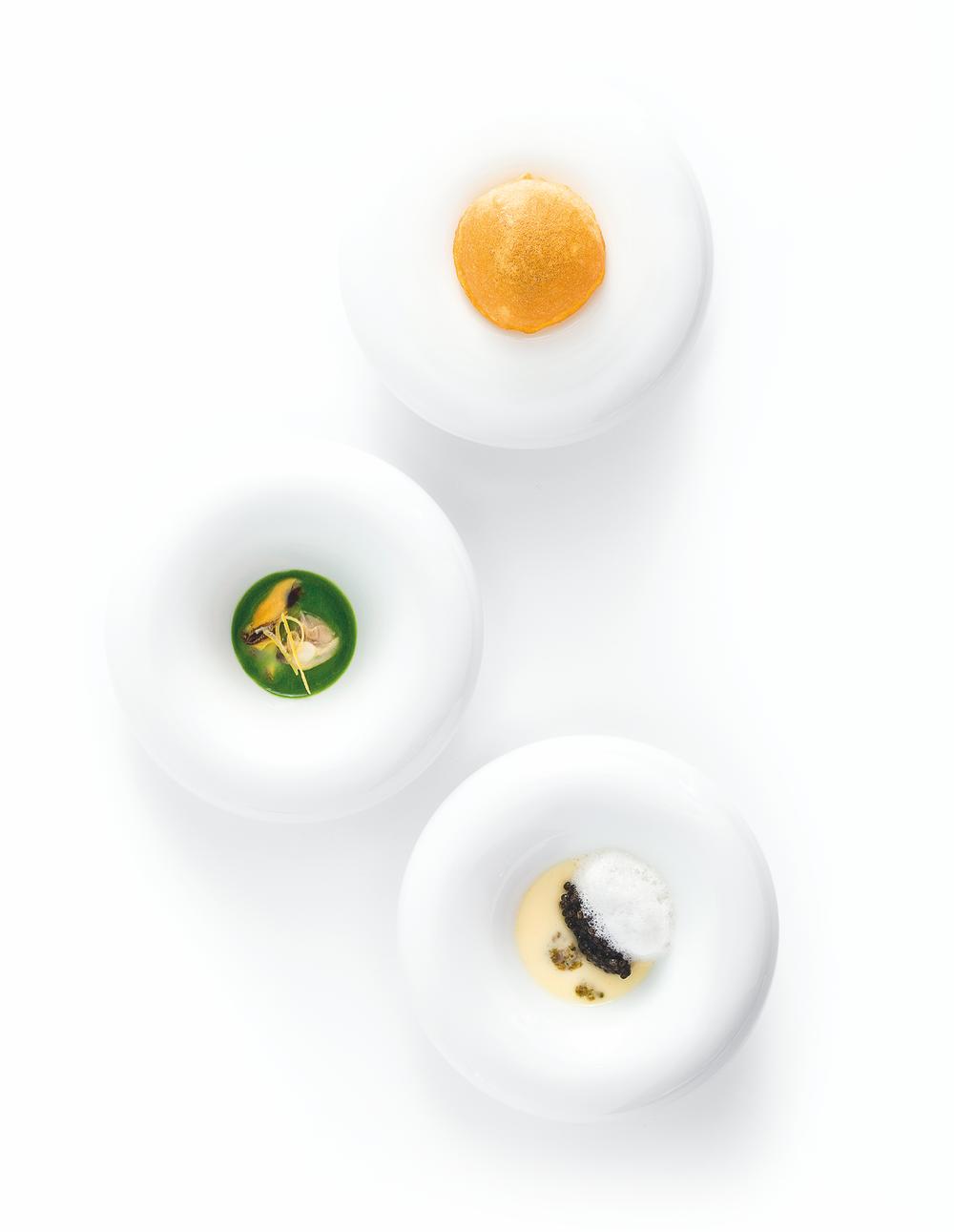 海葵三吃。美麗似海中花的海葵,配以不同海產,以綿潤、清涼、酥脆等不同口感精巧呈現在盤中。色澤、結構賞心悅目。巧思如此,將漁婦和馬賽祖母們的家常菜譜如藝術品般展現。