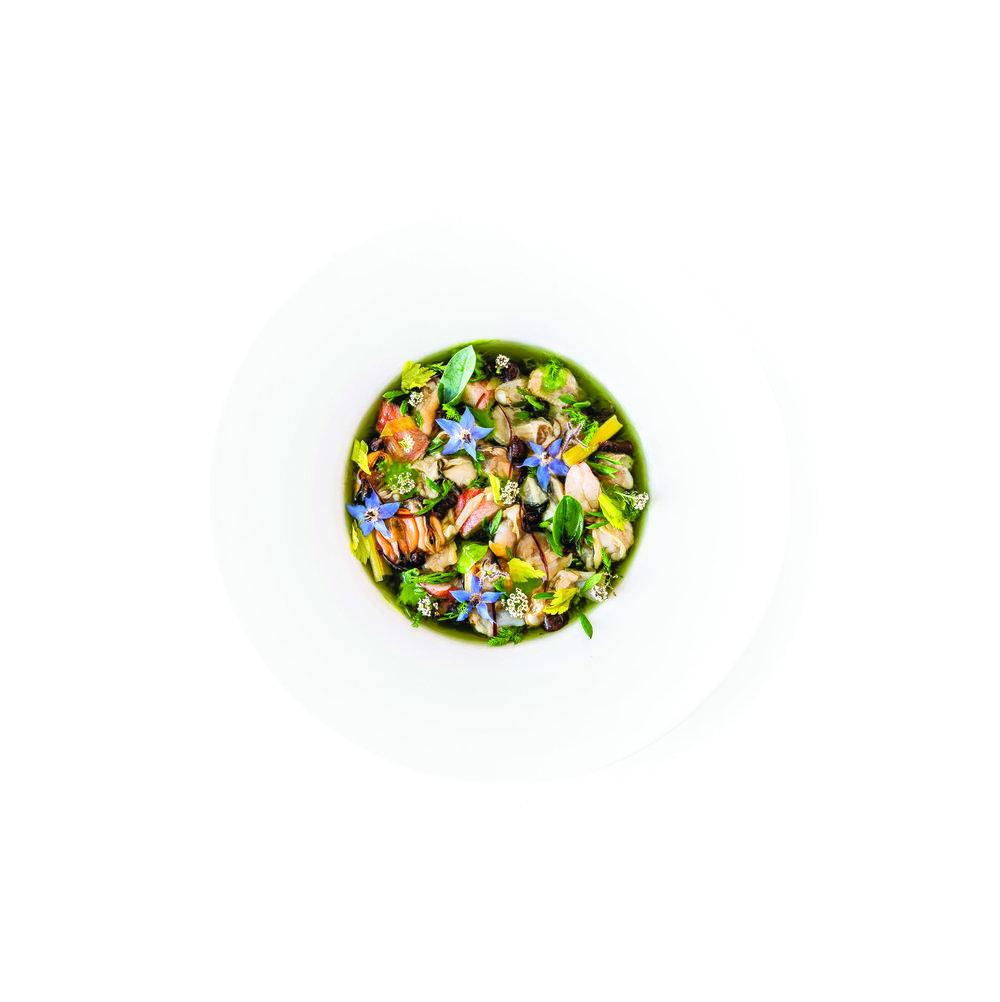 兩吃「海之花園」:第二步是熟吃,煮嫩並用海茴香提味的龍蝦鉗子肉以及當日的帽貝、牡蠣等海產齊聚盤中,點綴點點花朵,鮮美別緻的「海之花園」便優雅呈現。