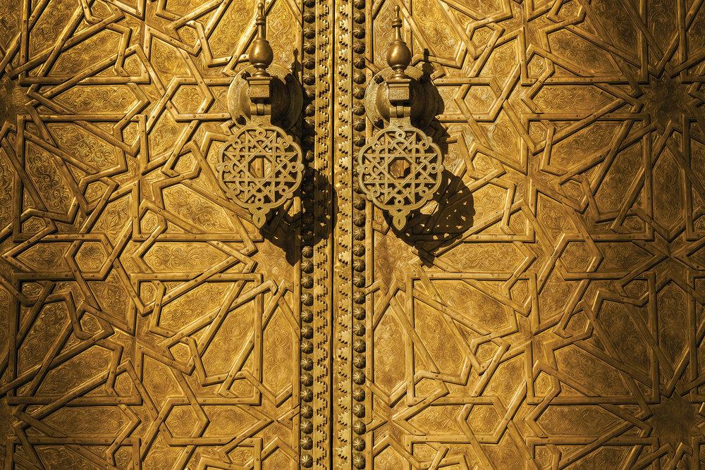 非斯古都的蘇丹皇宮,精緻燦爛的金色大門背後是壯麗的宮殿和兩百英畝的花園。Jose Ignacio Soto / Shutterstock.com