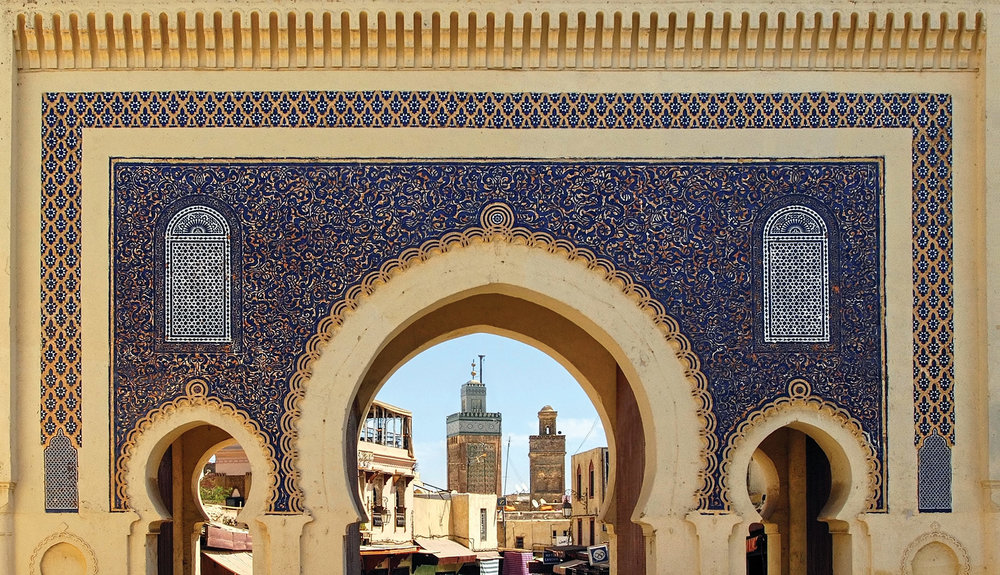 非斯古都原住民區的藍色大門,上面是金色和藍色的馬賽克鑲嵌圖案,華麗地迎接著來自世界各地的遊客。Boris Stroujko / Shutterstock.com