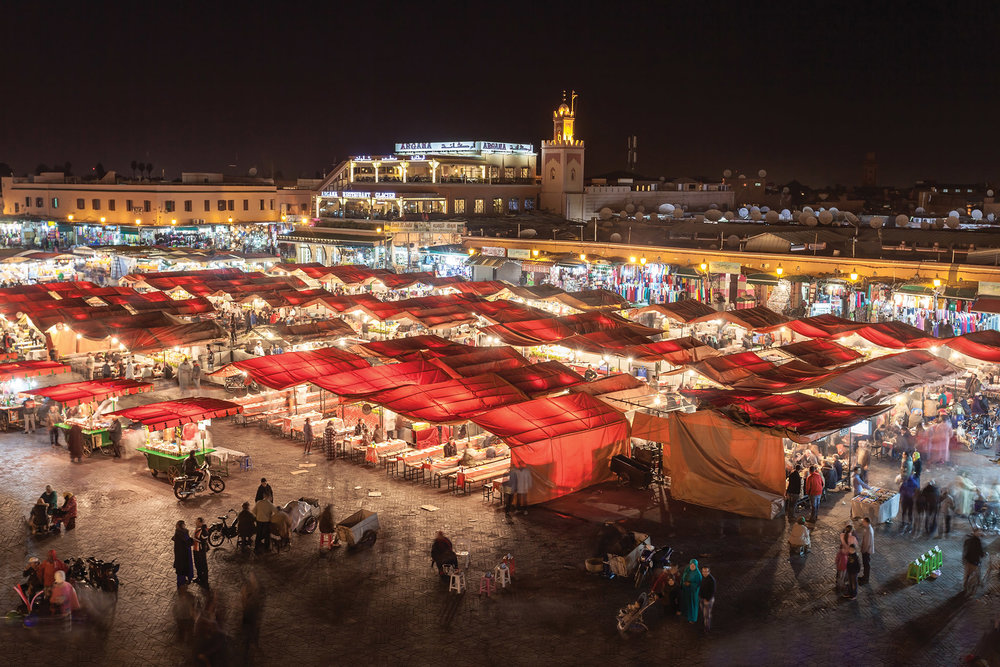 馬拉喀什聞名全球的賈馬夫納廣場夜景,小吃攤、耍蛇人和說書人紛紛匯集在這裏。saiko3p / Shutterstock.com