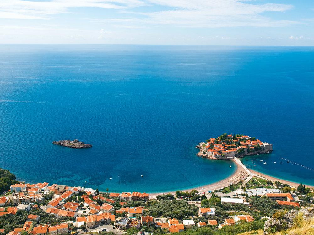 一條狹長的海堤連接著聖斯特凡島上奢華的度假區與黑山共和國的陸地。liseykina / Shutterstock.com