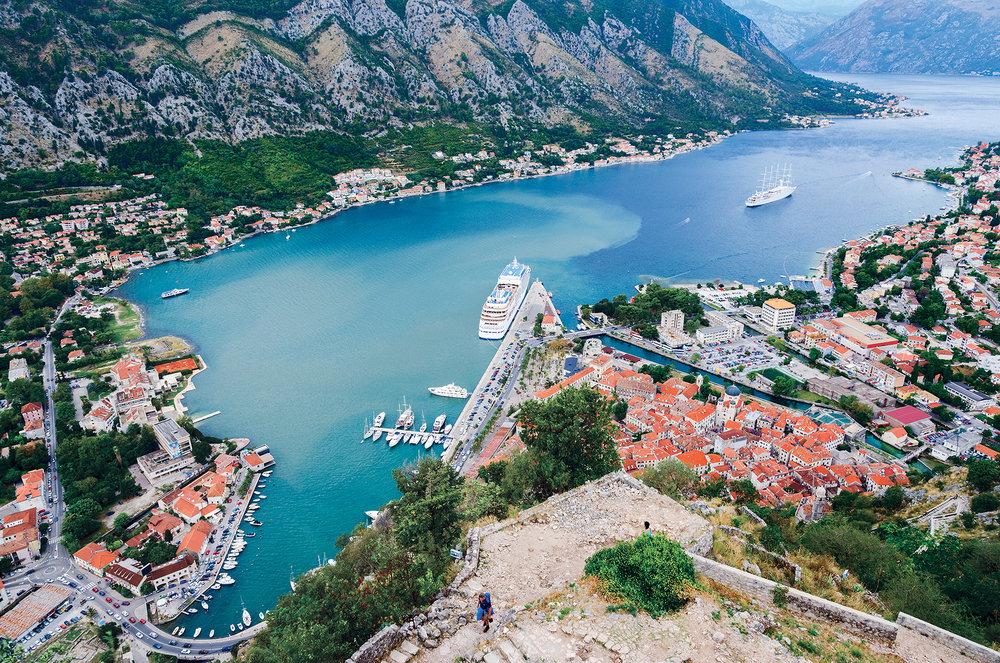 歐洲最南端的峽灣——科托爾灣的壯麗景色。Katsiuba Volha / Shutterstock.com