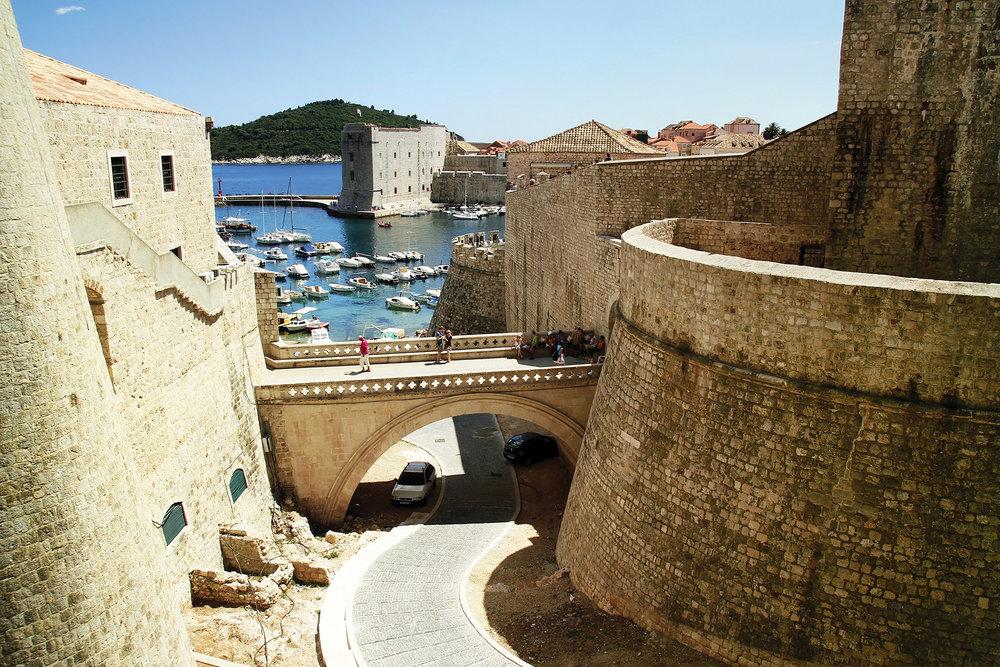 做為中世紀古城的科托爾,在亞得里亞海岸上修建有堅固的防禦工事。Gabriel Georgescu / Shutterstock.com