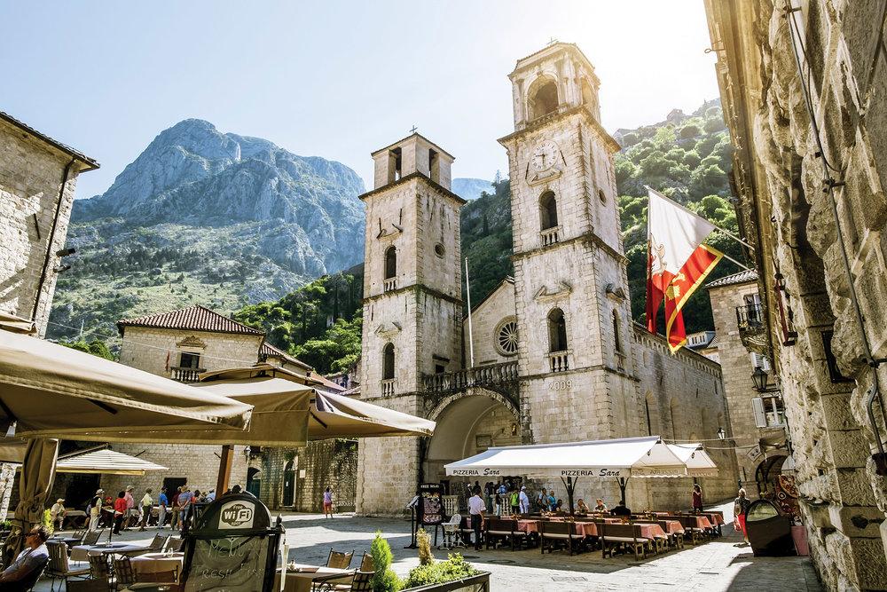十二世紀建成的聖特里芬大教堂前的古老廣場。Anton Kudelin / Shutterstock.com