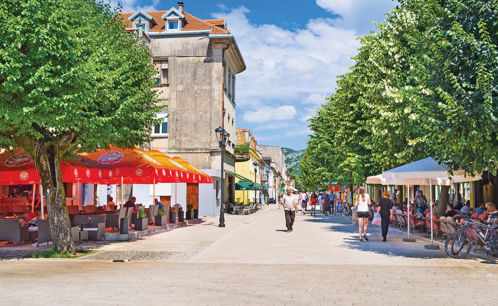 午後在採蒂涅的老廣場品一杯濃咖啡是很不錯的選擇。eFesenko / Shutterstock.com