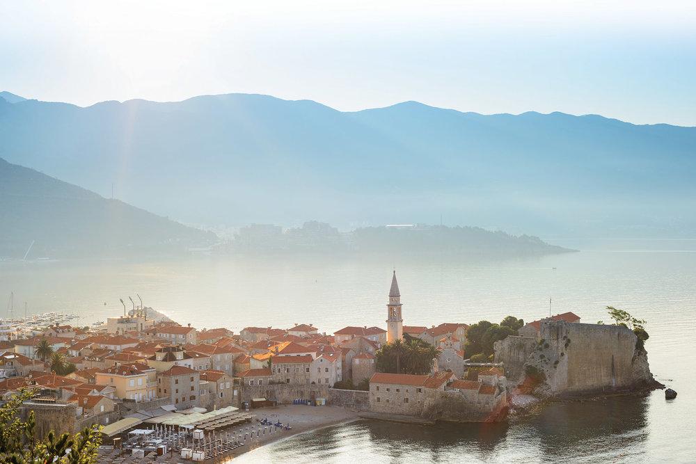 亞得里亞海畔的美麗小城布德瓦。maxpro / Shutterstock.com