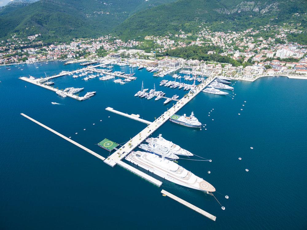 黑山波爾圖港停泊著許多當下全球最奢華的遊艇。biggunsband / Shutterstock.com