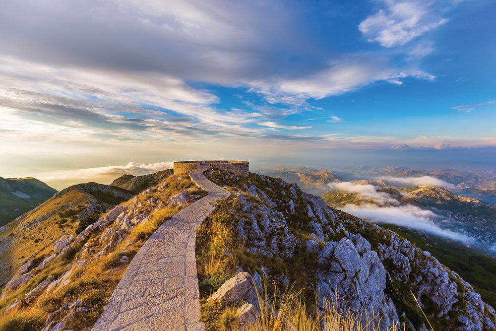 洛夫岑國家公園山巔上的的石頭古道。Tatiana Popova / Shutterstock.com