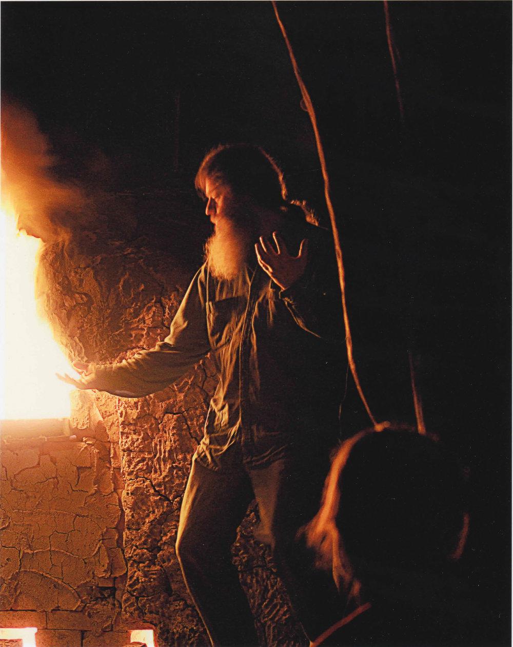 Gordon Hutchens在窯洞里燒製陶器。Photo by Jan Florian
