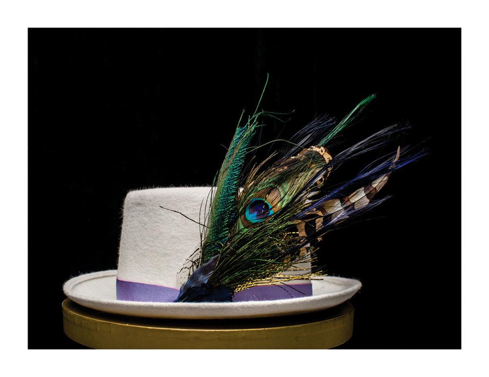 各種布料和羽毛,以及其它來自歐洲的裝飾品為Karyn的帽子添姿增彩。Photos Courtesy of Lilliput Hats