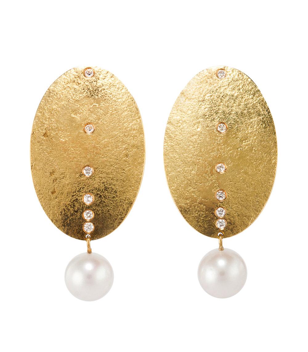 精緻的珍珠與表面粗糙的金屬碰撞出珠寶設計的新意。Photo by Eydís Einarsdóttir