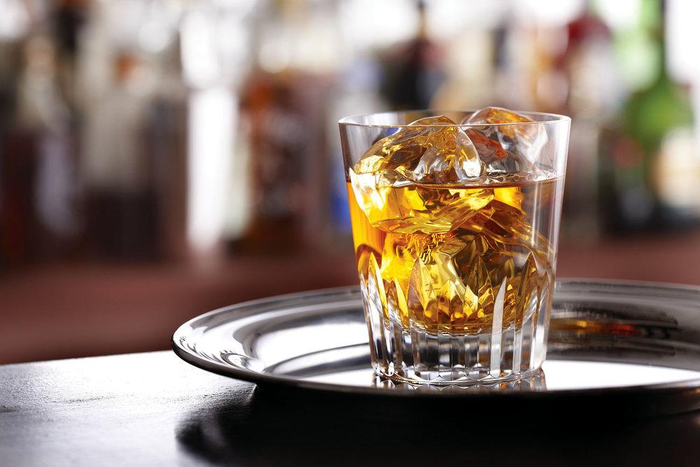 威士忌由大麥等穀物釀製,在橡木桶中陳釀多年後,會調配成43度左右的蒸餾酒,英國人稱之為「生命之水」。