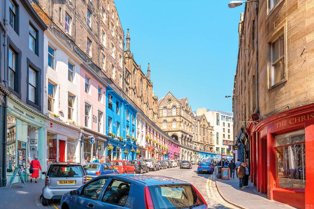 色彩繽紛的維多利亞街上有許多蘇格蘭特色的店面。