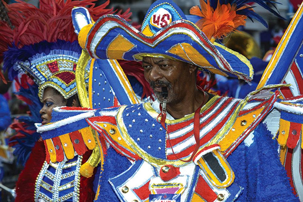 在巴哈馬群島的首都拿索,每年的節禮日和西曆新年都會有Junkanoo遊行上演。圖為身著豔麗服飾的遊行舞者。
