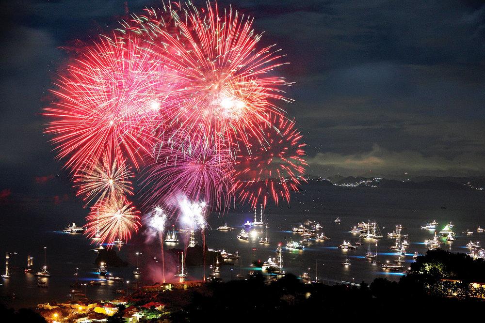 來自世界各地的豪華遊艇亮起燈火,停泊在Gustavia港,共同欣賞新年前夜的焰火表演。