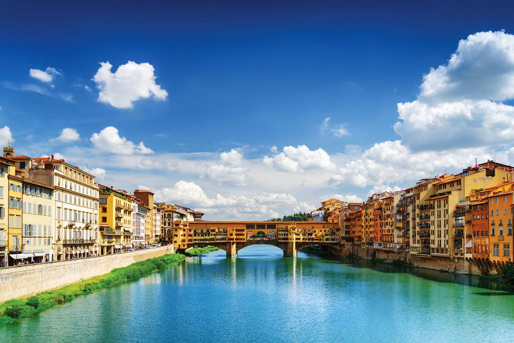 維奇奧橋是佛羅倫薩最古老的橋樑,曾是烏菲茲宮通往隔岸碧提王宮的走廊。Efired ShutterStock.com
