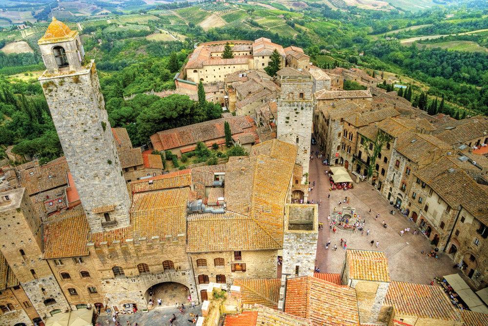 十三世紀的小鎮聖吉米尼亞諾,許多老建築圍繞著三角形的廣場;Leoks shutterstock.com