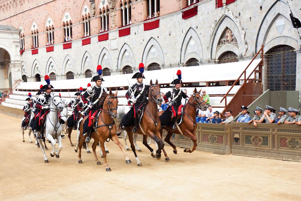 騎兵巡遊是著名的錫耶納賽馬會的開場節目. Migel ShutterStock.com