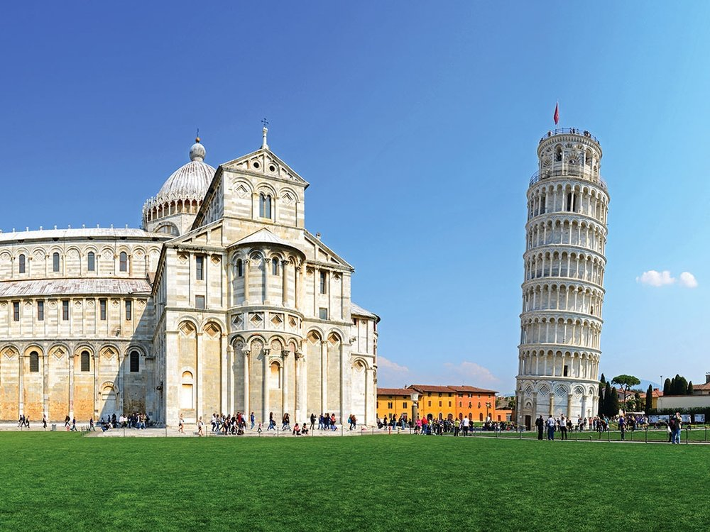 比薩斜塔地面至塔頂的高度約為55米,於1178年開始傾斜,到1990年,它達到了最大的傾斜角度5.5度;Caminoel ShutterStock.com