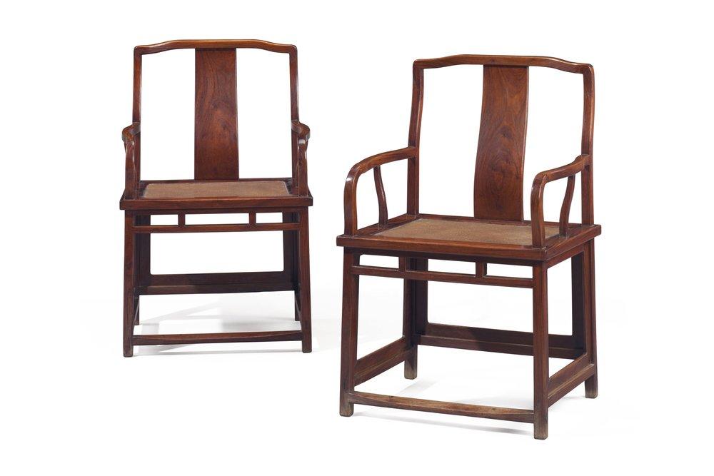 晚明十七世紀 黃花梨南官帽椅一對,高39吋 (99公分),寬24⅞ 吋 (63公分),深20½ 吋 (54.6公分)。估價:600,000-800,000美元。於3月16日佳士得紐約「家族遺珍:瑪麗.泰瑞莎.L.維勒泰亞洲藝術珍藏」拍賣中呈獻。