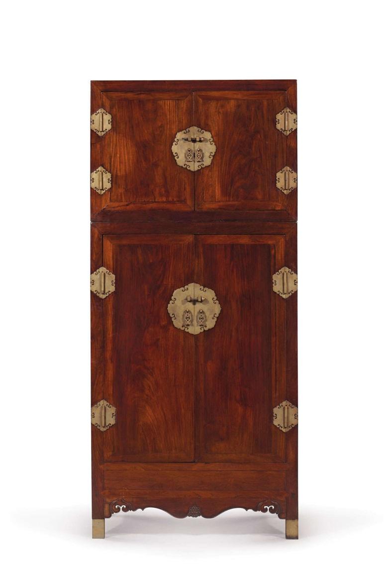 十七世紀 黃花梨頂箱櫃,高99 11/16 吋 (253.2公分),寬45吋 (114.3公分),深22½ 吋 (57.1公分)。估價:400,000-600,000美元。於3月16日佳士得紐約「家族遺珍:瑪麗.泰瑞莎.L.維勒泰亞洲藝術珍藏」拍賣中呈獻。