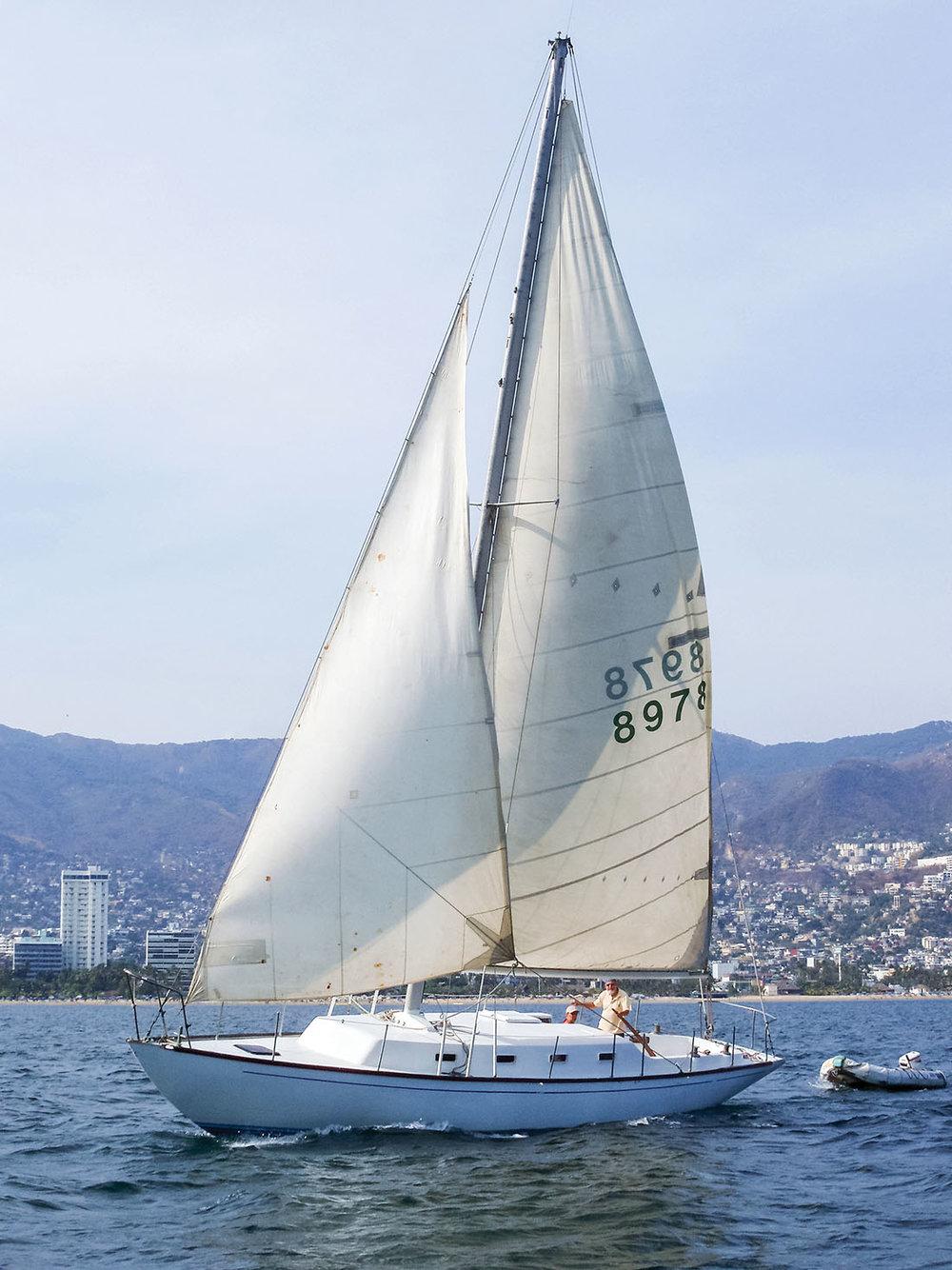 一艘帆船在阿卡普爾科海灣上航行;