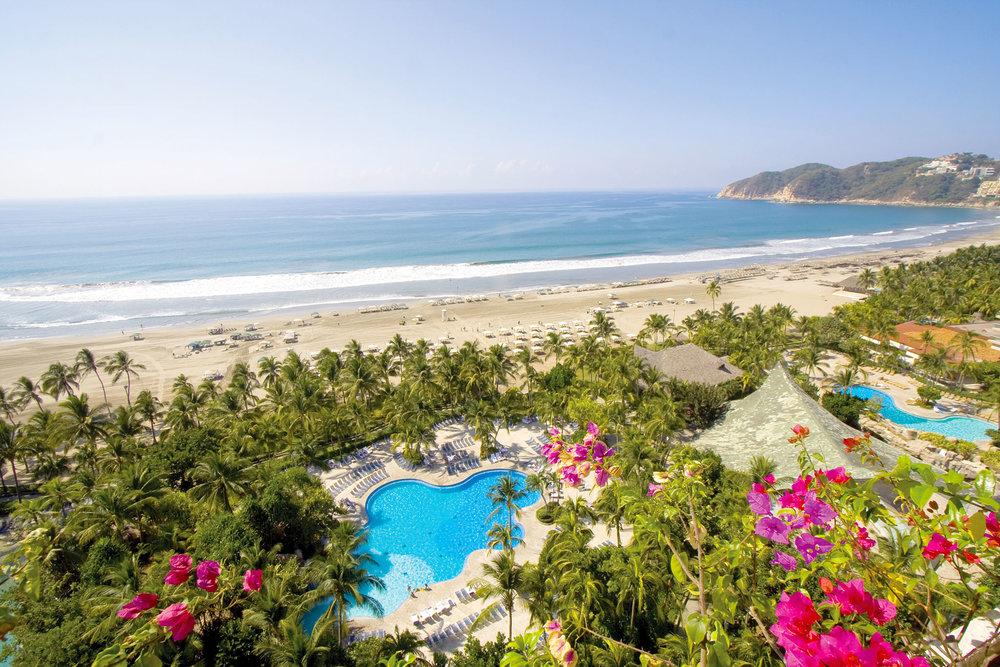 世界級的度假村有著壯麗的海景和沙灘、泳池;Alex.Polo / shutterstock.com