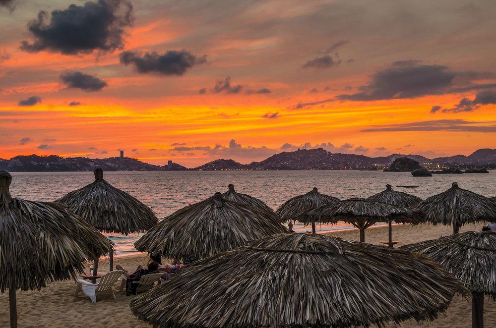 海灘上的落日美景;