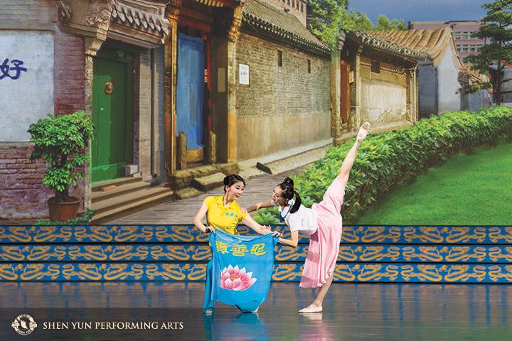 左圖和對頁:2015年林孝紘在神韻全球巡演中出演舞蹈《風雨中的蓮》。她扮演的角色是一位生活在中國大陸,父母因修煉法輪功而被抓捕的小女孩。© Shen Yun Performing Arts