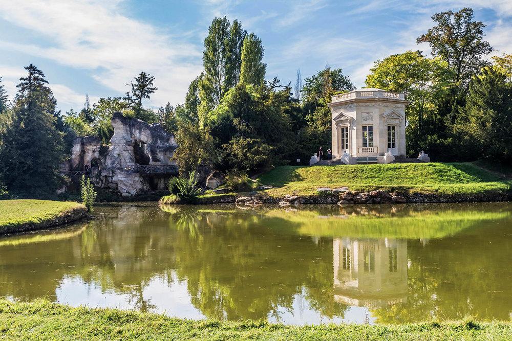 凡爾賽宮中的一處花園John_Silver / Shutterstock.com