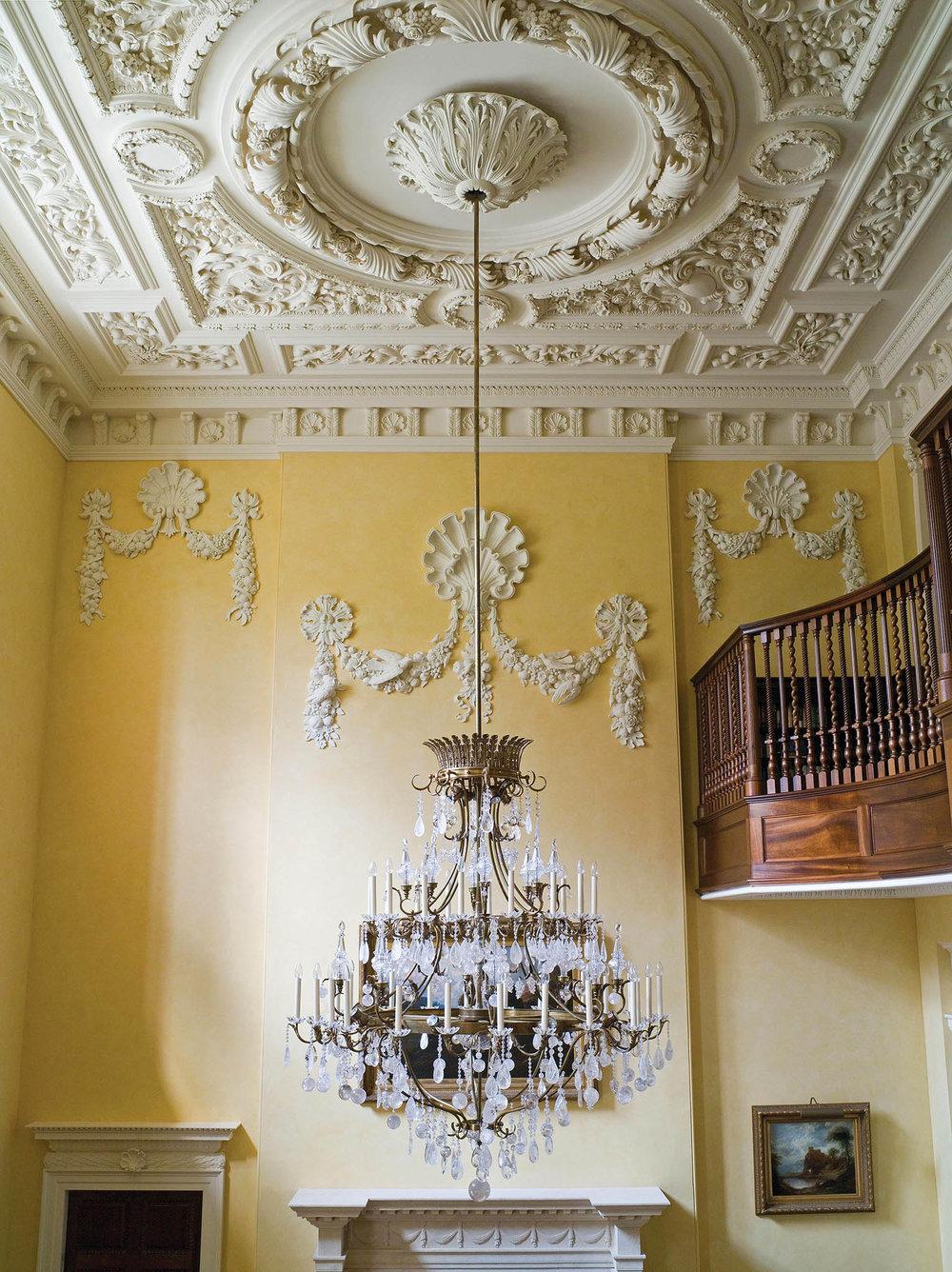 門廳中華麗的訂製吊燈,水晶閃爍的微光映照著溫暖優雅的空間。