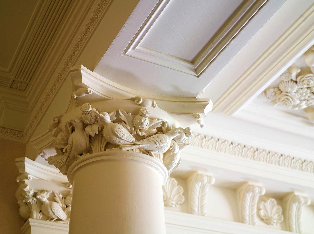 門廳天花板上雕琢精美的花朵、鴿子和裝飾線條。
