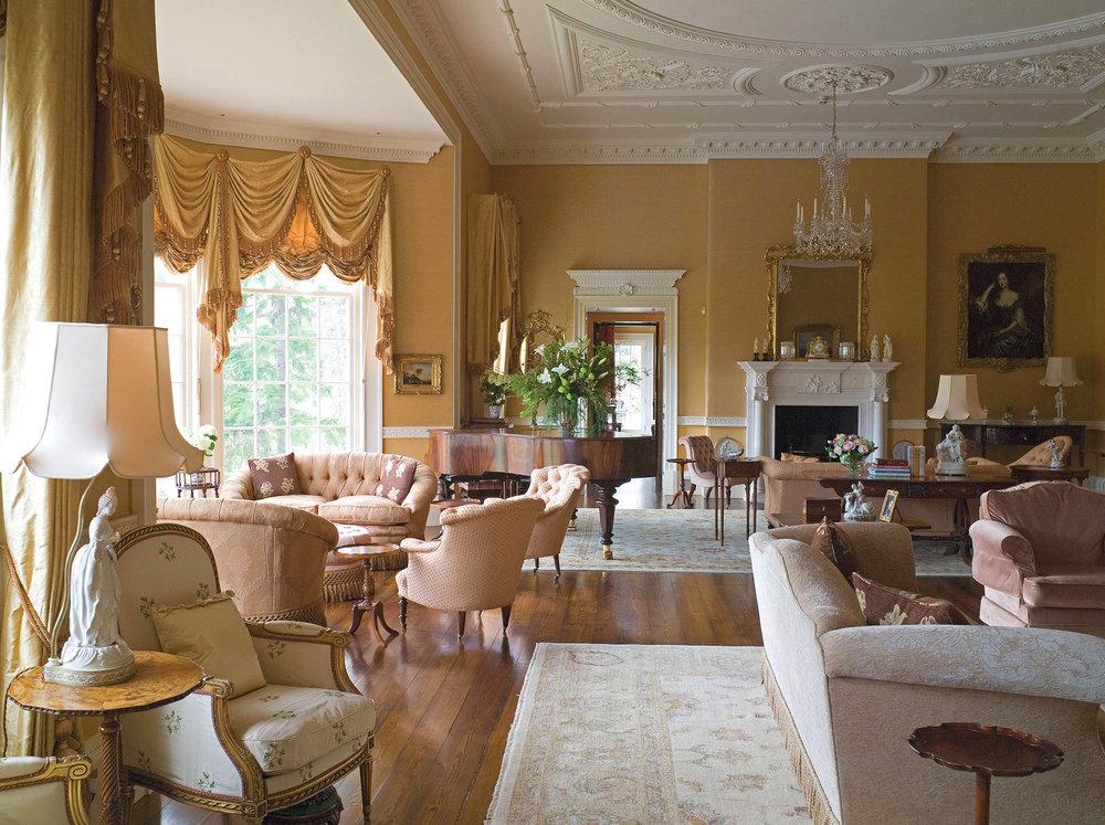 從客廳的落地窗可以眺望遠處的河岸美景和近處的花園,寬敞的空間可以讓賓客們在此盡情歡聚暢談。