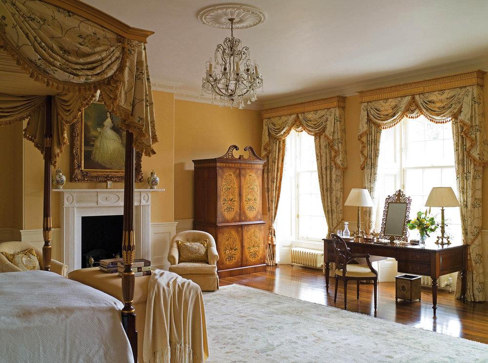 宅邸中共有21個壁爐。圖為主臥室,其中的壁爐為華美的空間增添了一份溫暖。