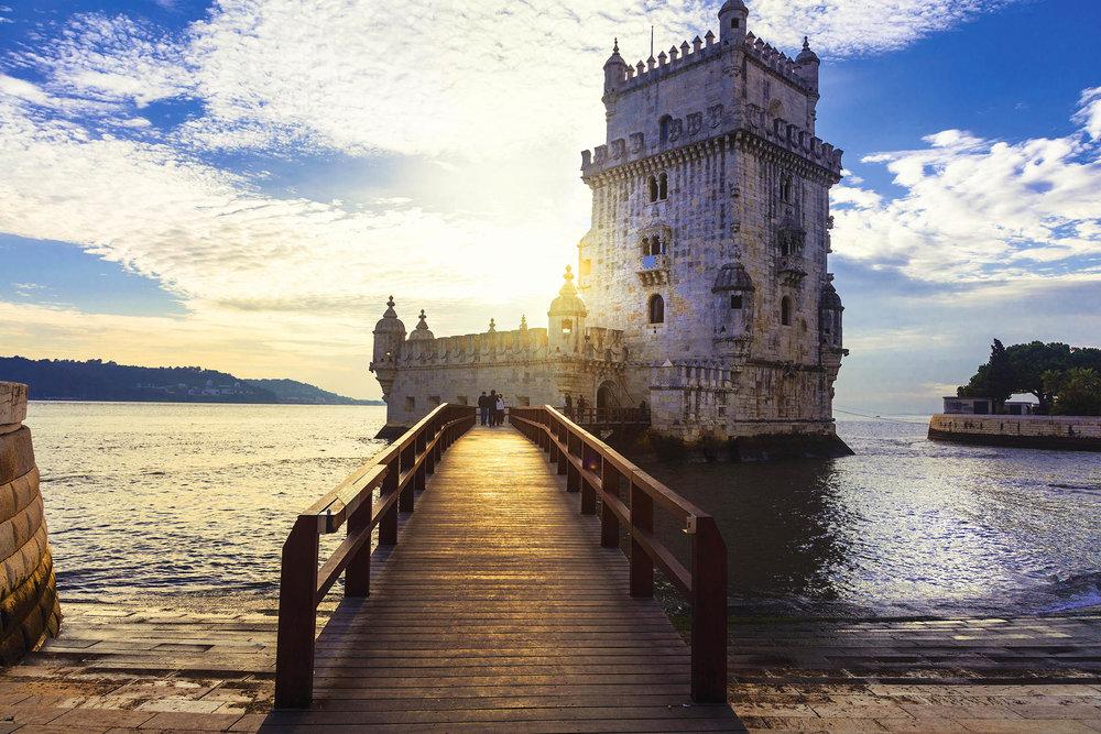 貝倫塔在十六世紀曾是里斯本的一座軍事防禦建築,如今成為一處著名景觀。沿塔霍河的堤岸漫步即可觀賞到這座古老斑駁的塔樓。leoks / shutterstock.com