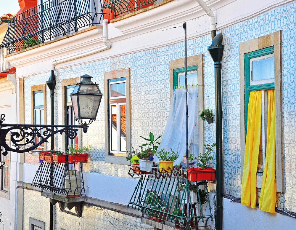里斯本阿法瑪區的民居外牆上裝飾著美麗的彩繪瓷磚。Arsenie Krasnevsky / shutterstock.com
