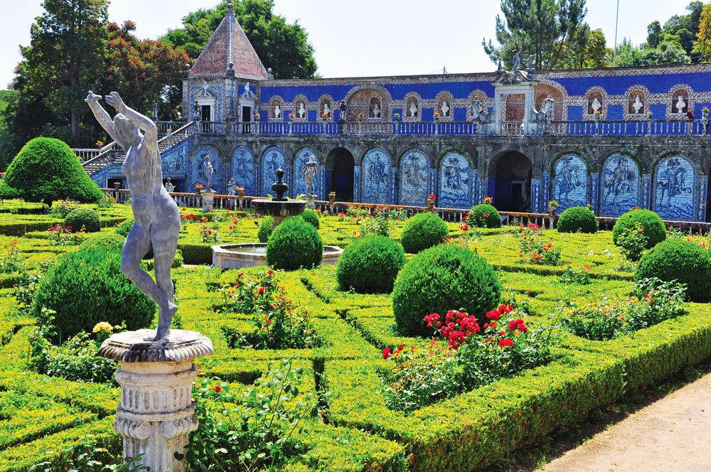 從弗龍泰拉宮的花園望去,牆壁上的彩繪瓷磚鑲嵌出宗教故事和戰爭的場景。ruigsantos / shutterstock.com