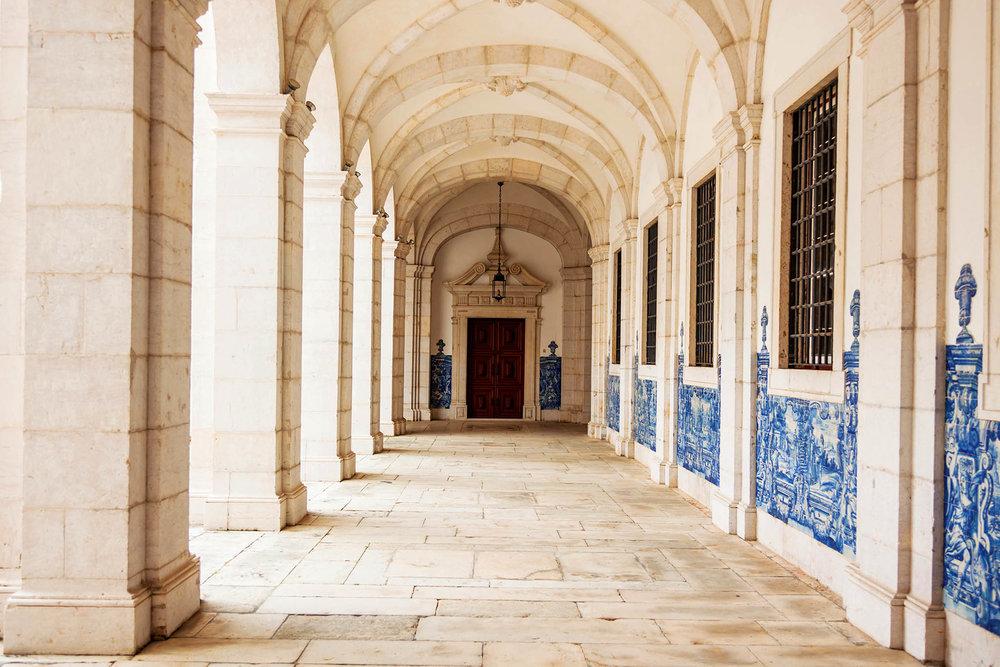 São Vicente教堂內的一些彩繪瓷磚主題是法國作家拉.封丹的寓言故事。Samuel Borges Photography / shutterstock.com