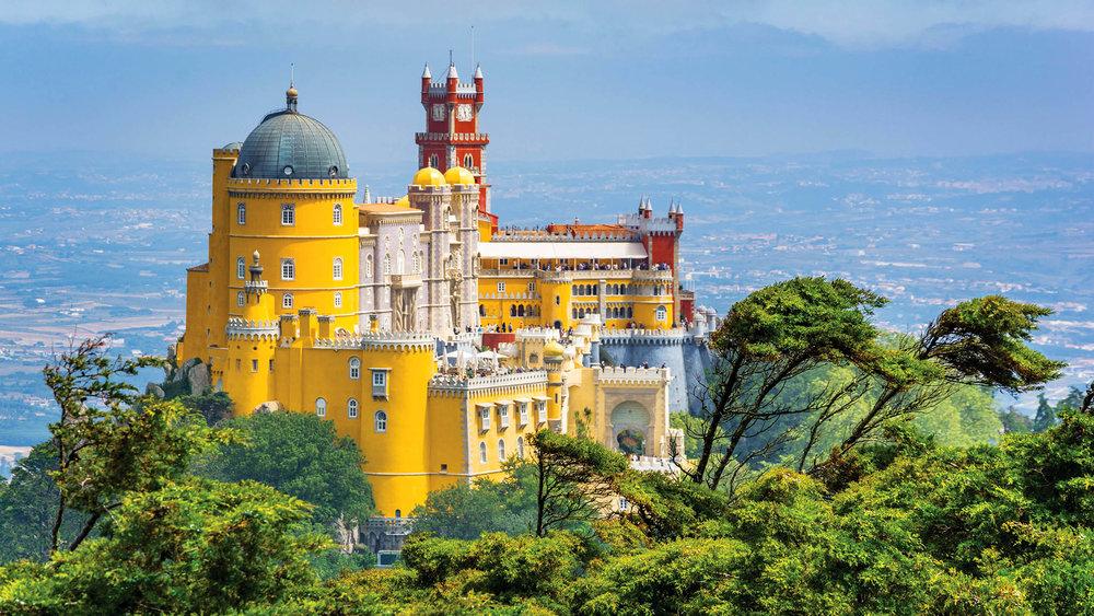 佩納宮遠景,這座恢宏的建築體現了十九世紀的浪漫主義風格。Stefano_Valeri / shutterstock.com