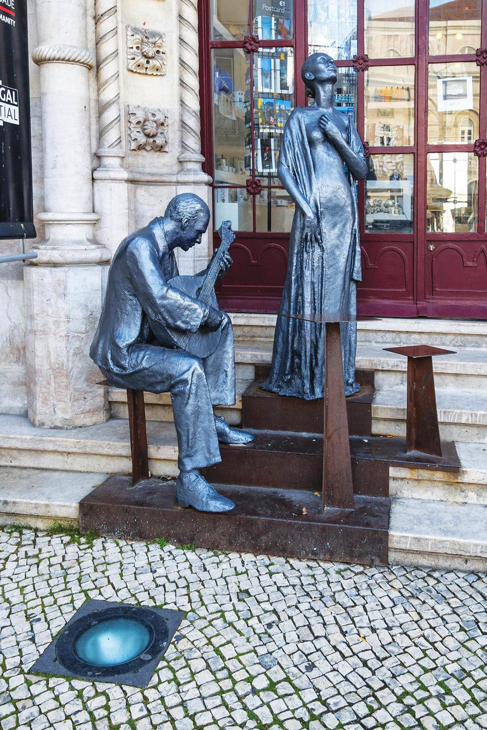 表現葡萄牙民謠「法多」演出場景的銅像矗立在羅西烏廣場車站前,表達著葡萄牙人對這種藝術形式的熱愛。Damira / shutterstock.com