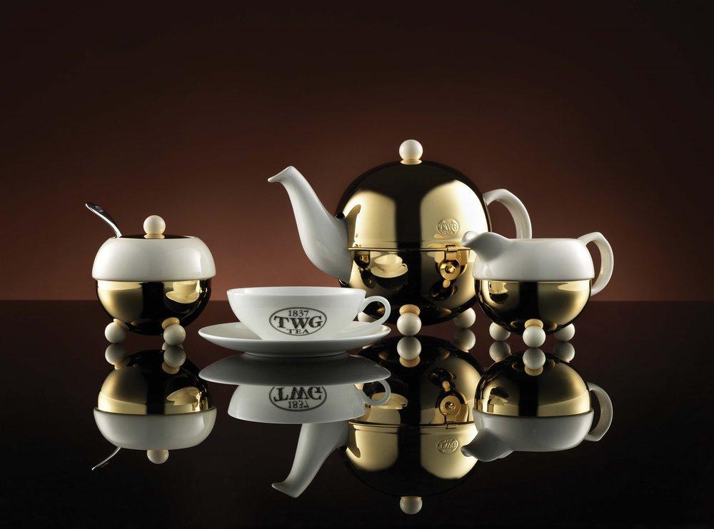 TWG選擇了Art Nouveau出品的,精緻現代的白瓷與金色相搭配的茶具來為客人沖泡茶葉,這種茶壺可以讓茶水長時間保持在適宜的溫度。